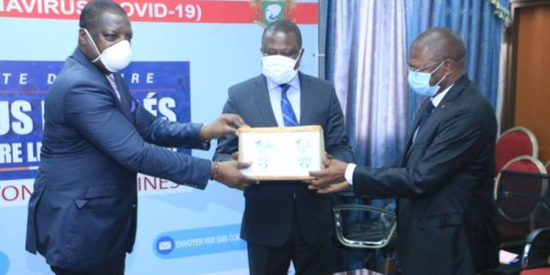 Le représentant du ministre en charge de la Santé (à gauche) a exprimé la reconnaissance du gouvernement aux responsables de la Cnam. (DR)