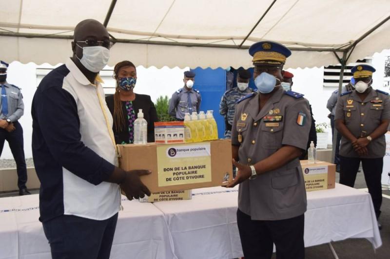 Le Général Apalo recevant des produits de protection. (Sercom gendarmerie)