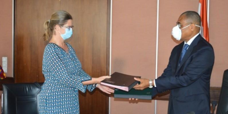 Échange de parapheurs entre le ministre Adama Coulibaly et Coralie Gevers, directrice des opérations de la Banque mondiale pour la Côte d'Ivoire. (DR)