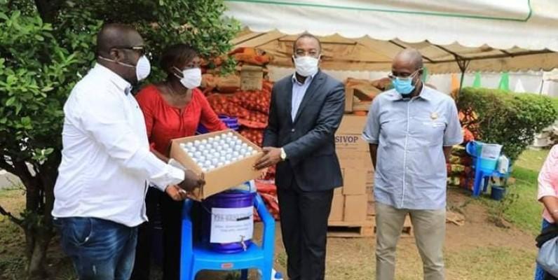 Le président du Conseil régional, Affi N'guessan recevant le don des mains de la ministre Mariatou koné. (DR)