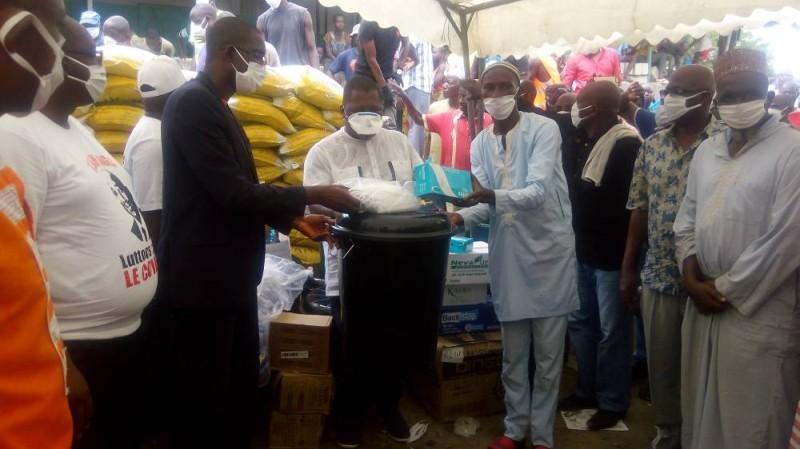 Sidiki Konaté fait un don aux ferrailleurs au nom du premier ministre (Bavane K)