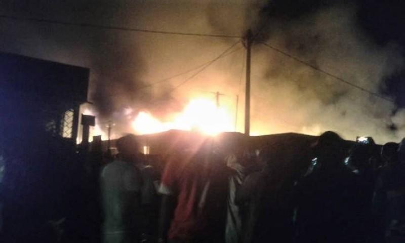 Le feu s'est propagé devant une population impuissante, faute de pompiers. (AIP)