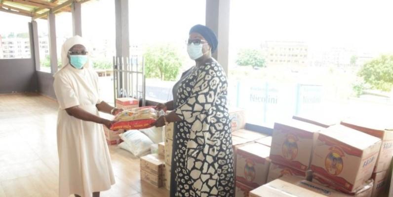 Anne Ouloto remettant un échantillon du don à Soeur Caroline Chiogou(DR)