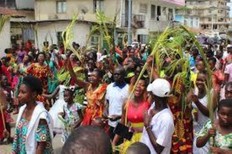 Cette année, les fidèles chrétiens ont vécu la fête des rameaux dans le confinement, sans procession ni fanfare. Les portes des églises étant fermées. Dr