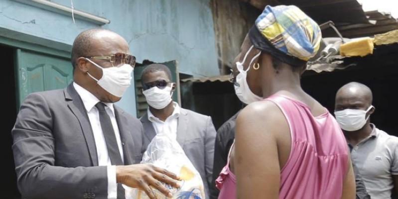 Traoré Salif dit A'Salfo remettant un kit à une femme dans la commune d'Abobo. (Sercom Gaou Productions)