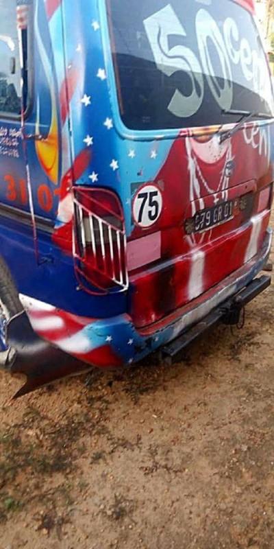 Ce véhicule de transport en commun, qui tentait de violer la mesure de confinement du Grand Abidjan est tombé dans les filets de la gendarmerie nationale. (DR)