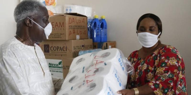 Le président du conseil régional du haut Sassandra remet le matériel à Damme Tonga (Bavane)