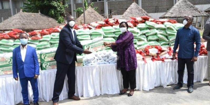 Nadine Sangaré, directrice de Children of Africa, remet symboliquement le don à Jean-Claude Coulibaly, président de l'Unjci. (DR)