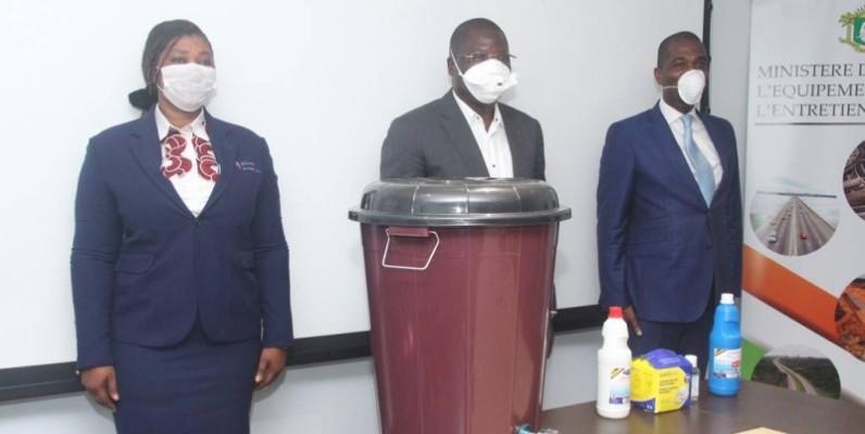 Le ministre de l'Equipement et de l'Entretien routier, Amedé Kouakou (au centre) en face d'un échantillon des kits hygiéniques reçus. (DR)