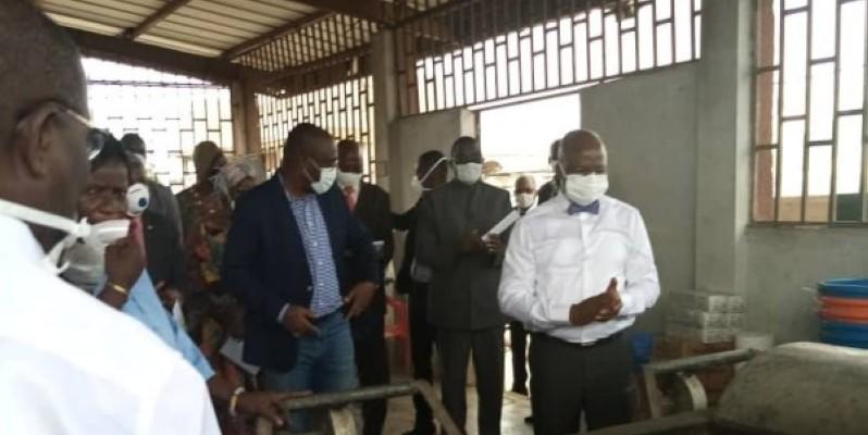 Moussa Dosso, ministre des ressources animales et halieutiques (au fond en blanc) lors de la visite. (DR)