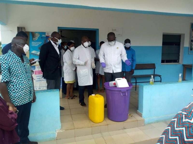 Le maire Hippolyte Ebagnitchie et son équipe ont offert des kits sanitaires aux populations et désinfecté les espaces publics.