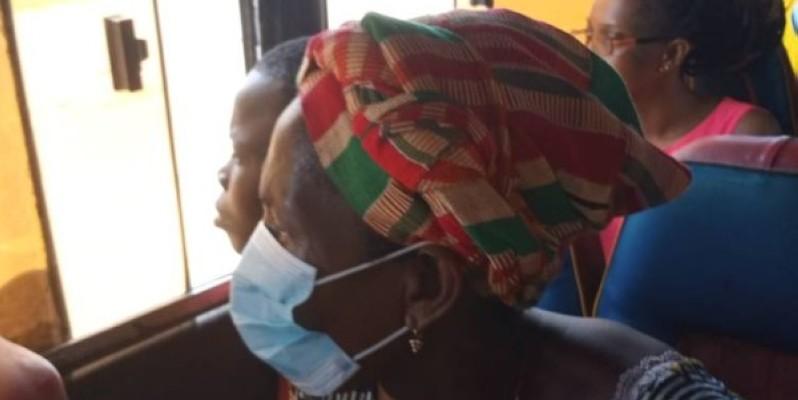 Une passagère portant un cache-nez dans un gbaka.
