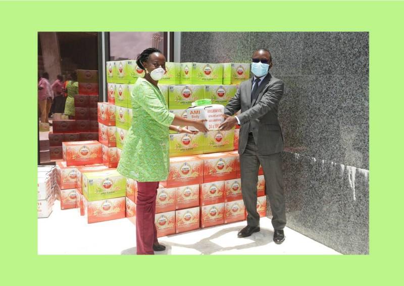 Mme Appiah remettant le don de Brassivoire à M  Esso Loesse Jacques