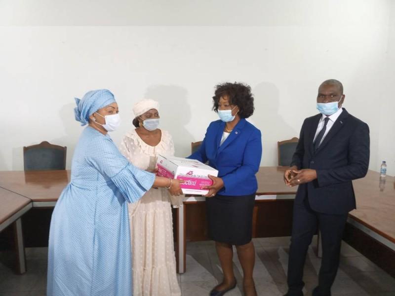 La présidente de l'amicale, Aminata Toungara (au centre), a procédé à la remise symbolique du don. (DR)