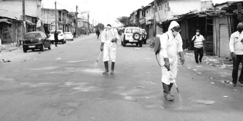 Les agents de désinfection à la tâche pour assainir le marché de Yopougon Sicogi.