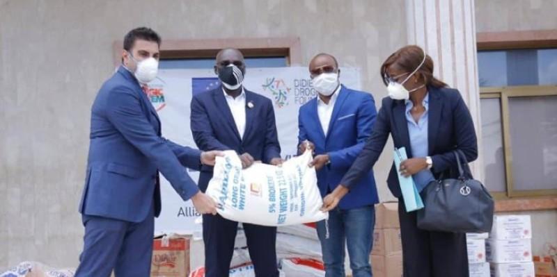 Le maire de Cocody, Marc Yacé, 2ème de la gauche à la droite, recevant les dons de sa commune. (Dr)