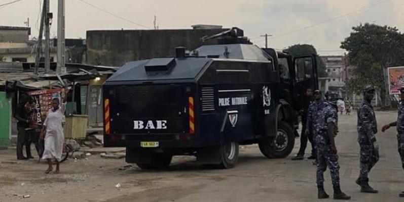 Un blindé de la BAE lors des émeutes au stade éponyme. (DR)