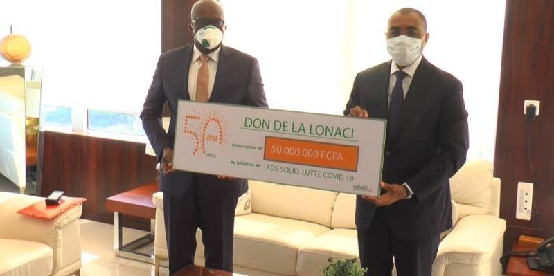 Remise du don au ministre de l'Economie et des Finances, Adama Coulibaly. (DR)