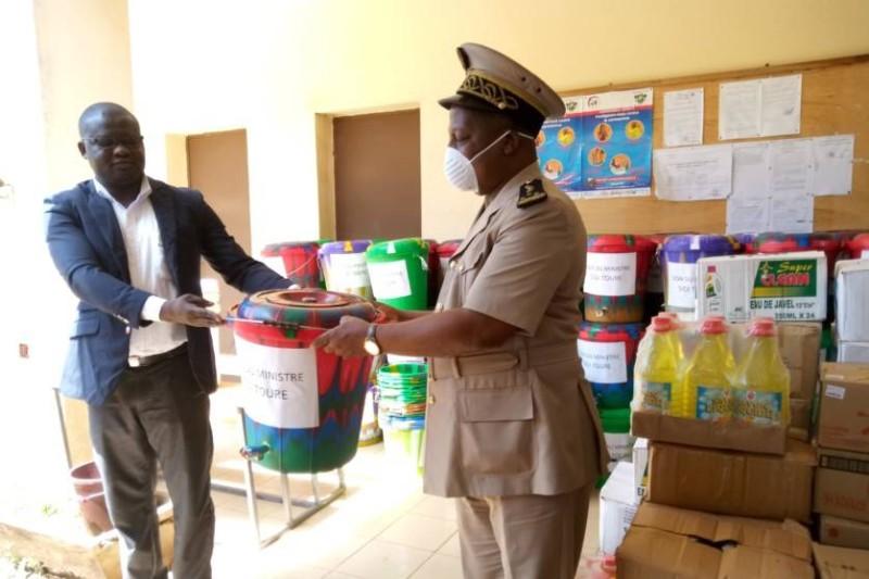 Le don a été réceptionné par le préfet du département, Jules Gouessé. (DR)