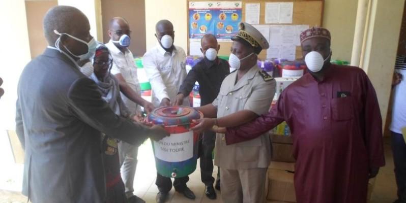 Jules Gouessé, préfet de Béoumi remet symboliquement aux différents bénéficiaires le kit sanitaire offert par Sidi Touré. (CHARLES KAZONI)