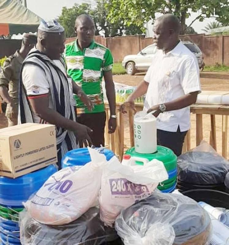Le maire André Narcisse Meman a remis le don du ministre Vagondo Diomandé aux populations. (DR)