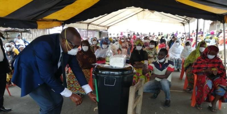 Idriss Mba-Coulibaly en plein exercice de lavage des mains pour montrer aux populations l'utilité des gestes barrières. (DR)