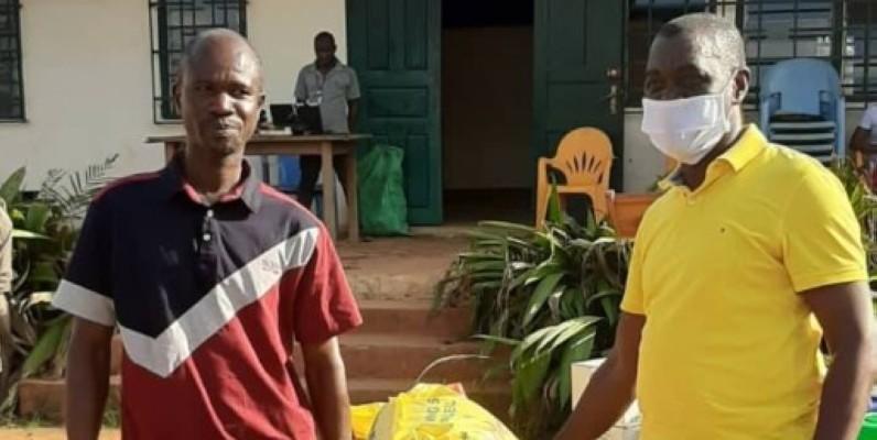 Le maire André Narcisse Meman (en tee-shirt jaune) exhorte les populations au strict respect des mesures barrières. (DR)