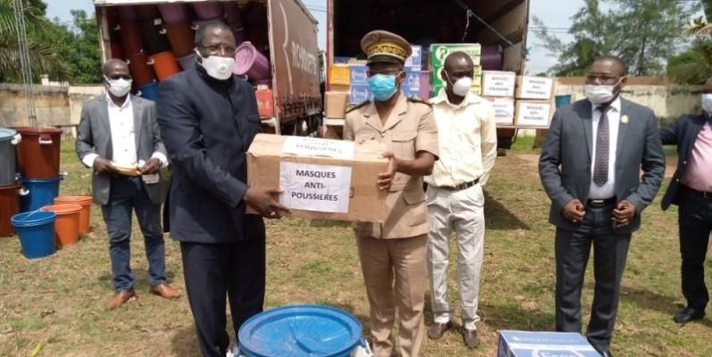 Doumbia Ibrahima a remis au nom du doyen des cadres de Duékoué du matériel sanitaire au préfet de Duékoué. (DR)