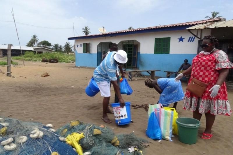Mme Dagry Geneviève et son Ong Nklo Bakan sillonnent rues, artères et villages  de Jacqueville pour faire des dons et sensibiliser les populations. (photos : dr)