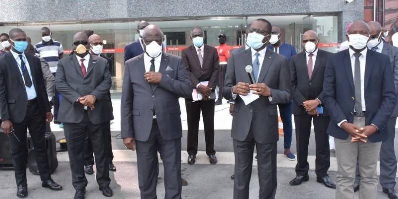 Le ministre Amadou Koné, micro en main s'est adressé, mercredi, aux transporteurs pour les sensibiliser à l'application des mesures barrières au Covid-19. (DR)