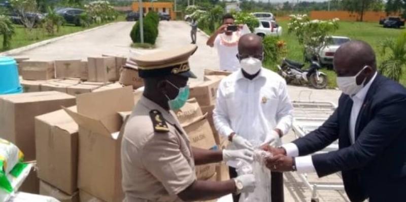 Le président du conseil régional, Pierre Dimba, au milieu en blanc, remettant symboliquement un kit au préfet de région. (Dr)