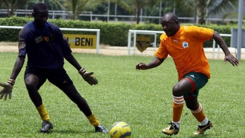 Le Burundi du Président Pierre N'kurunziza (sur la photo, à droite, lors de son passage à Abidjan en 2007) continue de jouer au football dans des stades ouverts au public. (Dr)