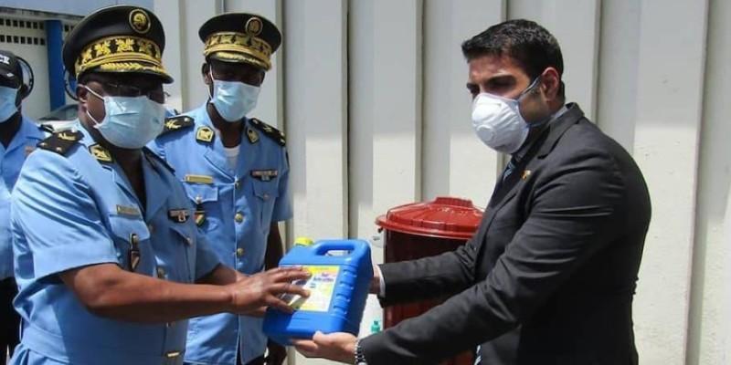 Des responsables de la police recevant le don. (DGPN)