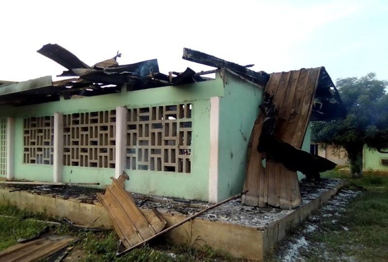 Un bâtiment détruit par le feu. Le présumé malade mental a créé la désolation.