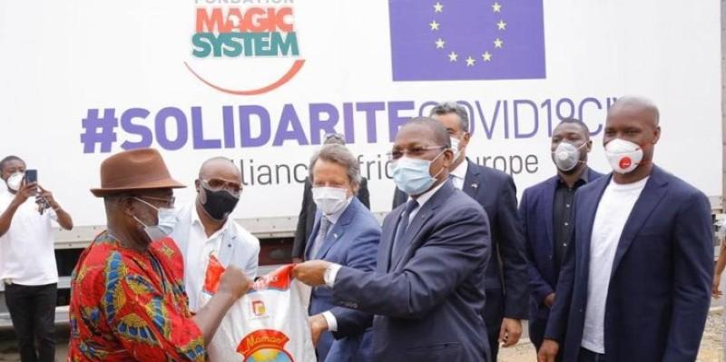 Les donateurs remettant symboliquement les dons, en présence du ministre Bruno Koné. (Dr)