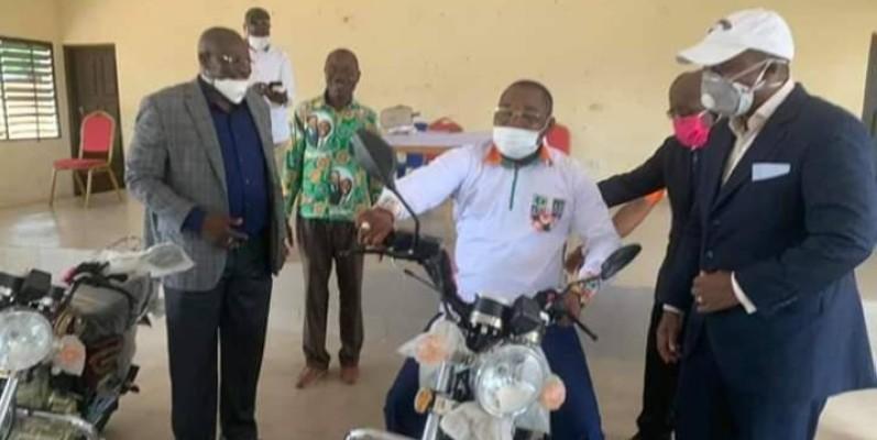Doumbia Ibrahima (en costume bleue) a remis des motos à Serey Doh Célestin, coordonnateur régional du Rhdp (sur la moto). (DR)