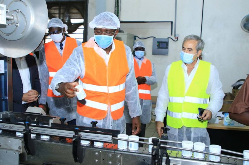 Guidé par les responsables, le ministre Souleymane Diarrassouba (au premier plan) a parcouru les laboratoires des deux unités industrielles visitées. (Dr)
