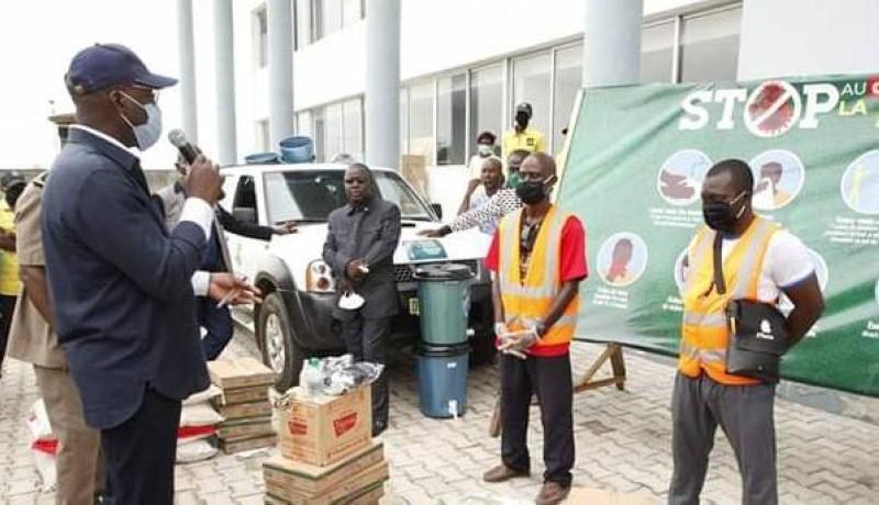 Le ministre Alain-Richard Donwahi s'adressant aux bénéficiaires des dons (Ph: BN)