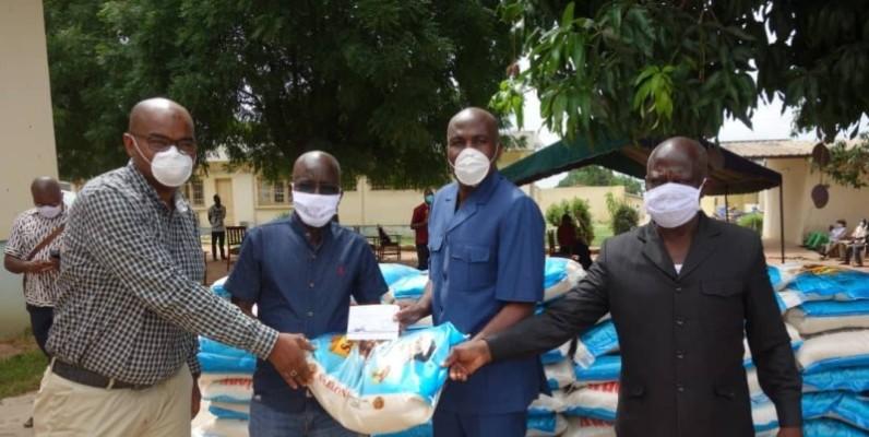 Une vue du don du ministre Kobenan Kouassi Adjoumani aux artistes du Zanzan. (DR)