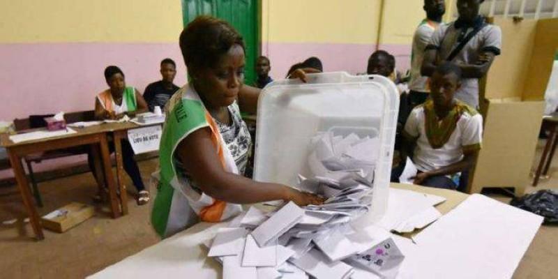 Dans un bureau de vote de la CEI