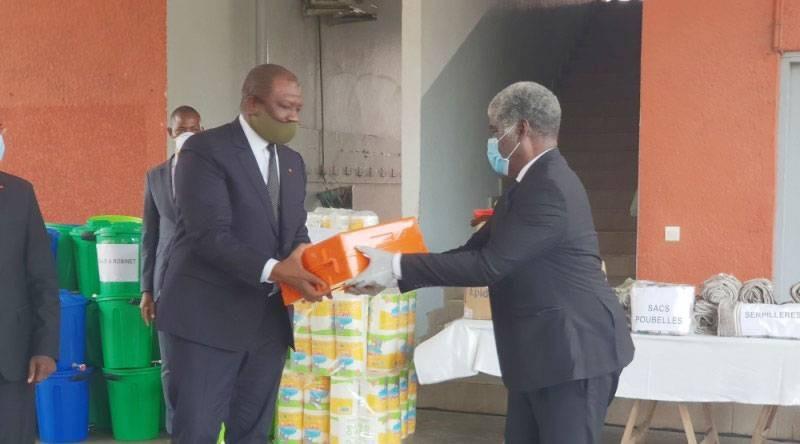 Le gouverneur Beugré Mambé remettant un échantillon du don au ministre d'Etat, ministre de la Défense, Hamed Bakayoko. (DR)