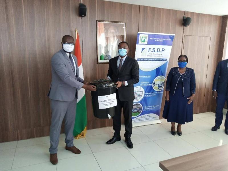 Le ministre Sidi Touré (à droite) a remis symboliquement le kit de l'Unjci au président Jean Claude Coulibaly. (DR)