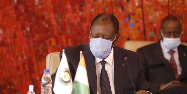 Le Président Alassane Ouattara et ses collaborateurs lors de la visioconférence. (Présidence)