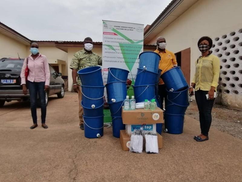 Une vue des kits sanitaires offerts par la Chaire Unesco pour la culture de la paix de l'Université FHB. (DR)