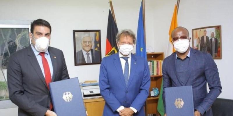 La signature de la convention s'est faite en présence de l'ambassadeur de l'Ue en Côte d'Ivoire, Jobst Von Kirchmann (au milieu). (Dr)