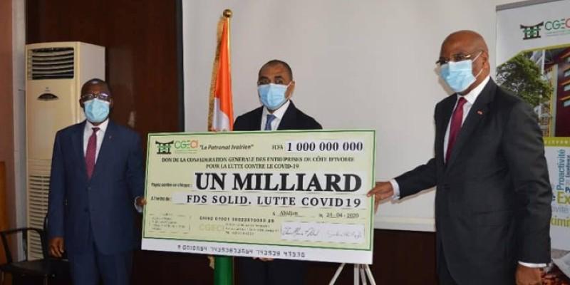 La remise du chèque a été faite par le président de la Cgeci, Jean- Marie Ackah, à droite. (Dr)
