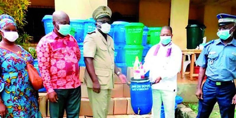 Le député Djè Vincent (dans le fond à droite) a offert des produits d'hygiène aux populations. (Dr)