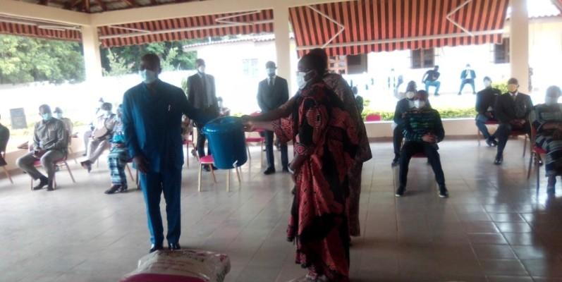 Des membres de la Cour royale réceptionnant les dons du Président de la République. (DR)