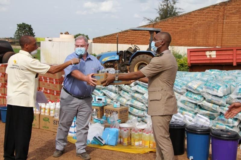 L'autorité administrative reçoit un échantillon des dons des mains du responsable de la mine d'or de Bonikro.