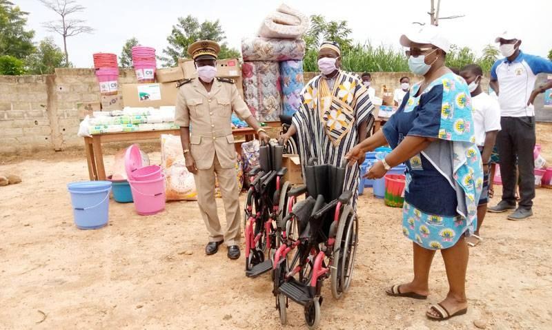 La Pca de l'Ong remettant des fauteuils roulants au sous-préfet de Logoualé. (Saint-Tra Bi)